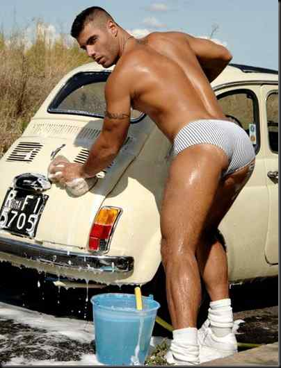 coucou GjdXNB.muscular_hunk_washing_his_car