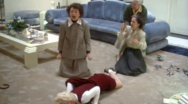 Rutanya says Faye Dunaway really was strangling Diana Scarwid when they did this scene. Everyone was really freaked out by her over the top acting.